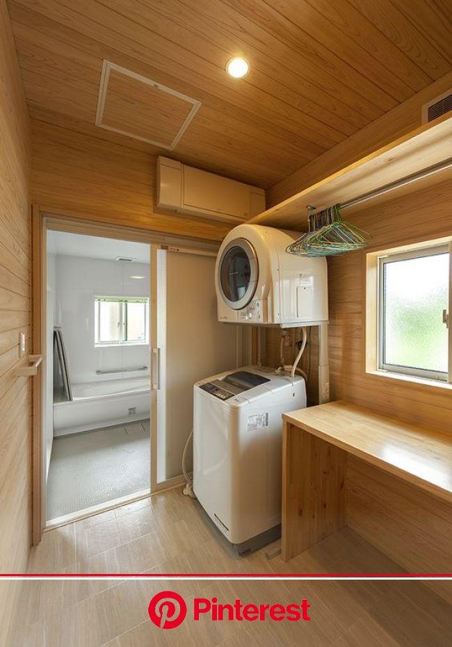 勝手口横は洗面脱衣室を。吸湿効果の高い檜無垢板貼りで、造作カウンターも設置。 | 脱衣室 収納, 小さな家のバスルーム, 中古住宅 リノベーション diy