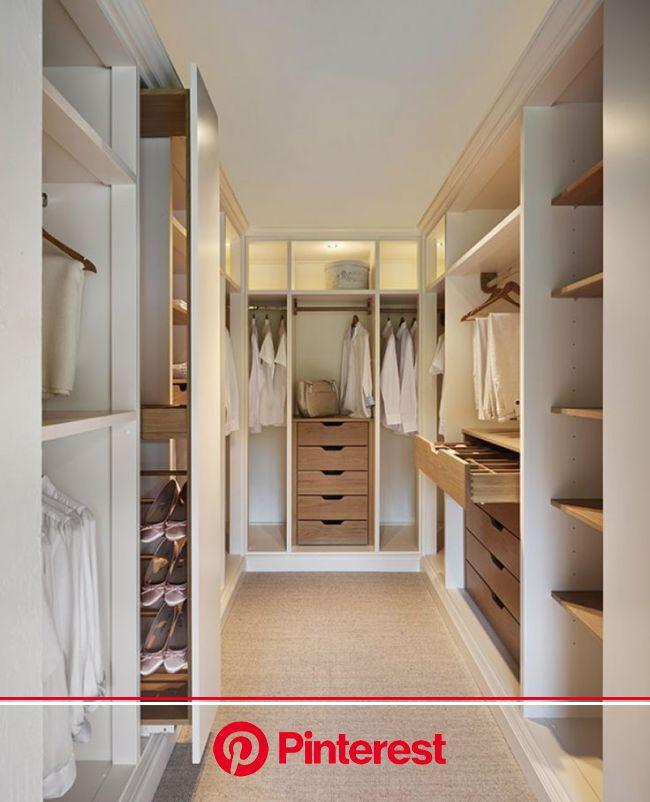 Large dressing en bois blanc et bois clair dans un esprit scandinave #design #dressing #dressingroom | Dressing maison, Idée dressing, Maison
