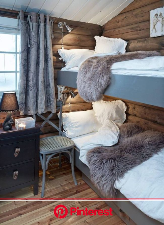 Dans la chambre des enfants au chalet à la montagne la décoration est grise et chaleureuse | Decoration chalet, Déco chambre chalet, Maison