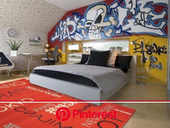 En el primer dormitorio hay una cama muy grande. En el suelo, delante de la cama, hay una alfombra naranja. A la izqu… | Camas, Pared detrás de la cam